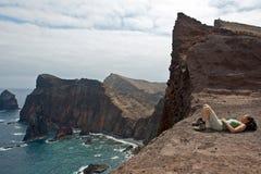 Fotvandrare som vilar, Madeira stenig kustlinje Arkivbilder