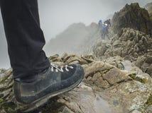 Fotvandrare startar på den Ridge linjen av lathunden Goch, den Snowdonia nationalparken arkivbild