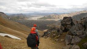 Fotvandrare stiger ned till dalen på lavalutningarna landmannalaugar iceland lager videofilmer
