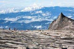 Fotvandrare upptill av Mount Kinabalu i Sabah, Malaysia Arkivfoto