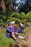 Fotvandrare vilar på sidan av det Heaphy spåret, Nya Zeeland Royaltyfri Bild