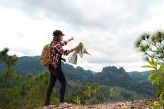 Fotvandrarefolkkvinnan som känner segerrik fasadbeklädnad och, kopplar av sunt på berget, Thailand arkivfoton