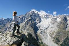 Fotvandrarekvinna framme av Mont Blanc royaltyfria foton