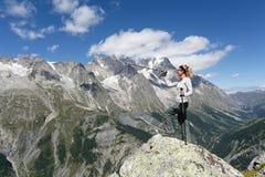 Fotvandrarekvinna- och bergpanorama royaltyfri foto