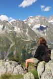 Fotvandrarekvinna och Mont Blanc panorama royaltyfri fotografi