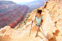 Fotvandrarekvinna som fotvandrar i Grand Canyon Royaltyfri Fotografi