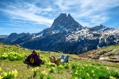 Fotvandrarekvinna som vilar och ser Pic du Midi Ossau i de franska Pyrenees bergen arkivbilder