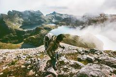 Fotvandrareman som fotvandrar i berg Arkivfoton