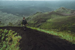 Fotvandrareman som poserar på berget, frihetsbegrepp Stigning till arkivbild