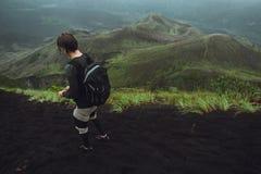 Fotvandrareman som poserar på berget, frihetsbegrepp Stigning till royaltyfria foton
