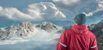 Fotvandraren beundrar berglandskapvinter arkivfoton