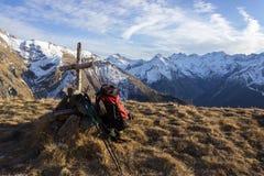 Fotvandraren har en vila som går in mot Tsaplana Cogne, Aosta Valley, Italien, och han förlägger ryggsäcken på jordningen Fotografering för Bildbyråer