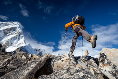 Fotvandraren hoppar på vagga nära Everest i Nepal Arkivbild