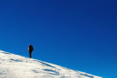 Fotvandraren klättrar till överkanten av berget Arkivfoton