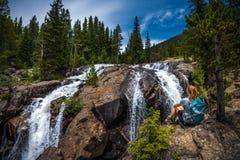 Fotvandraren nära Jasper Creek Falls Colorado Indian når en höjdpunkt Wildern Royaltyfria Bilder