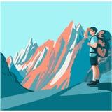 Fotvandraren ser bergen Arkivfoto