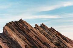 Fotvandraren som klättringen vaggar på bildande på Vasquez, vaggar naturligt område parkerar royaltyfri foto