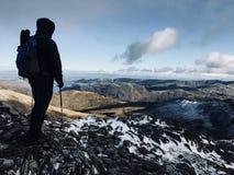 Fotvandraren tycker om panorama royaltyfria bilder