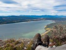 Fotvandraren vilar litet Atlin sjölandskap Yukon Kanada royaltyfria foton