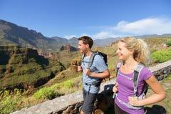 Fotvandrarepar som fotvandrar på Gran Canaria Arkivfoton