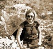 Fotvandrarestående på det steniga berget Royaltyfria Foton