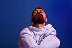 Fou aliéné dans la camisole de force sur le fond bleu 31 octobre Composez et concept effrayant pour l'homme Réception de célébrat image stock