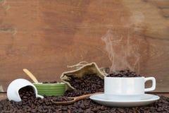 Fou dans l'amour avec du café Photos stock