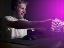 Fou devenant fol de jeune homme barbu et se briser cassant le clavier d'ordinateur utilisant sa tête tard dans la nuit photos stock