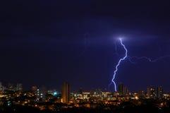 Foudre au-dessus d'une ville Photo stock