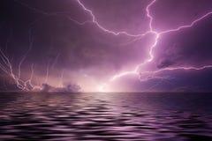 Foudre au-dessus de l'eau Photographie stock libre de droits