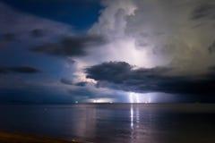 Foudre au-dessus de la mer Photo libre de droits
