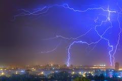 Foudre au-dessus de la ville à l'orage d'été Dramatique, breathtak photographie stock libre de droits
