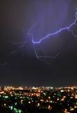 Foudre au-dessus de la ville Photographie stock libre de droits