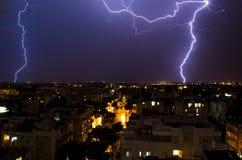 Foudre au-dessus de la ville Photo stock
