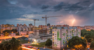 Foudre au-dessus de lotissement Tempête dans la ville Photographie stock libre de droits