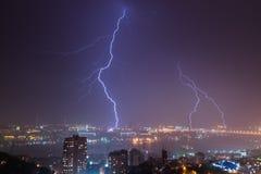 Foudre au-dessus de ville Photo libre de droits