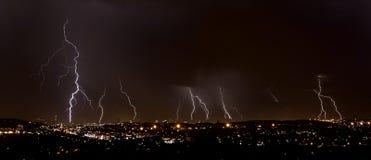 Foudre au-dessus de ville photo stock