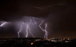 Foudre au-dessus de ville Photographie stock