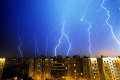 Foudre au-dessus de ville de nuit Images libres de droits