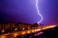 Foudre au-dessus de ville de nuit Photos stock