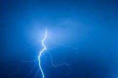 Foudre contre le ciel bleu Image libre de droits