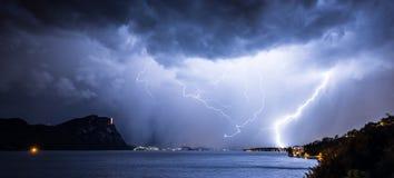 Foudre dans le ciel nocturne par temps de tempête photo libre de droits