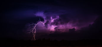 Foudre dans le grand cumulonimbus Image stock
