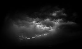 Foudre et chenille noires et blanches de nuage Images stock