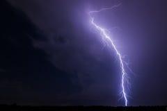 Foudre et nuages dans la tempête de paysage de nuit Photo libre de droits