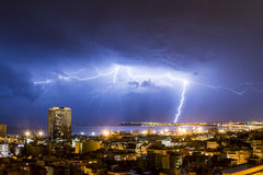 Foudre et tonnerre pendant un orage, une nuit dans Alicante Photographie stock