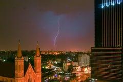 Foudre heurtant au-dessus de la ville du ¡ de Curitiba - de Paranà Image stock