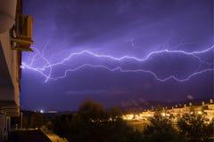 Foudre horizontale dans un orage images libres de droits