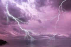 Foudre instantanée au-dessus de l'océan Photo libre de droits