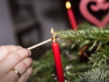 Foudre les bougies à l'arbre de Noël Image stock